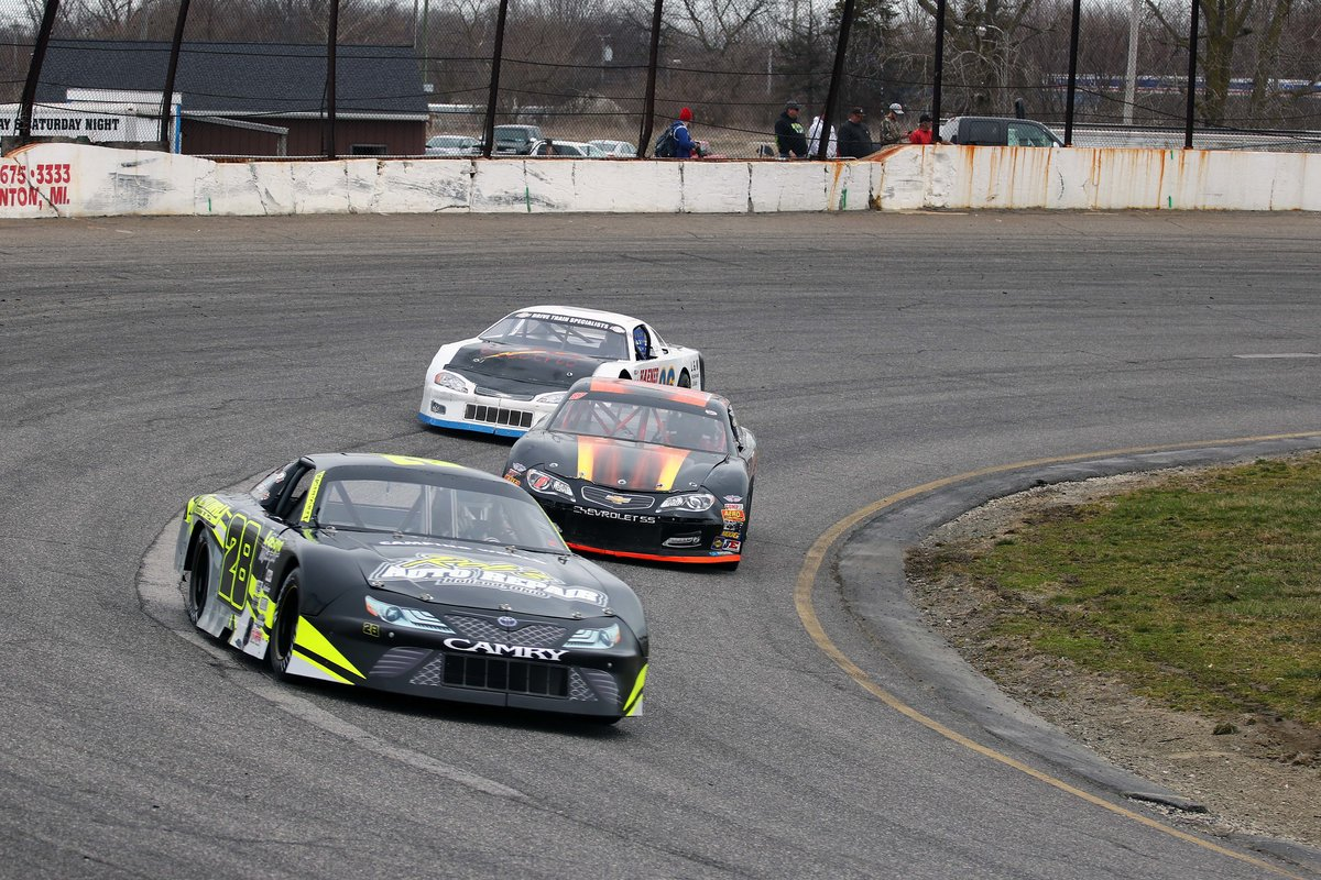 FLAT ROCK TEAMS PREP FOR JET'S PIZZA OPENER THIS SATURDAY
